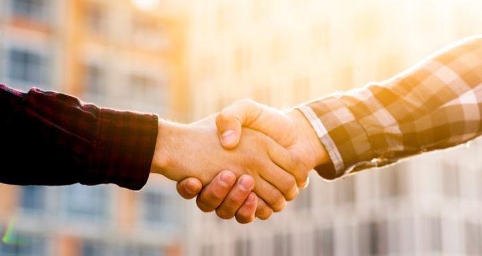 Strânsul mâinii: o convenție problematică